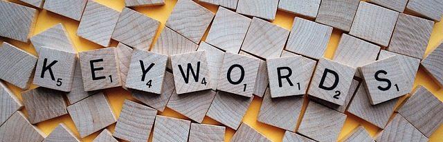 Mot clé - keywords écrit avec des lettres de Scrabble
