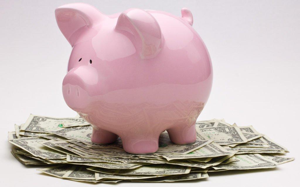 Cochon tirelire sur des billets de banque