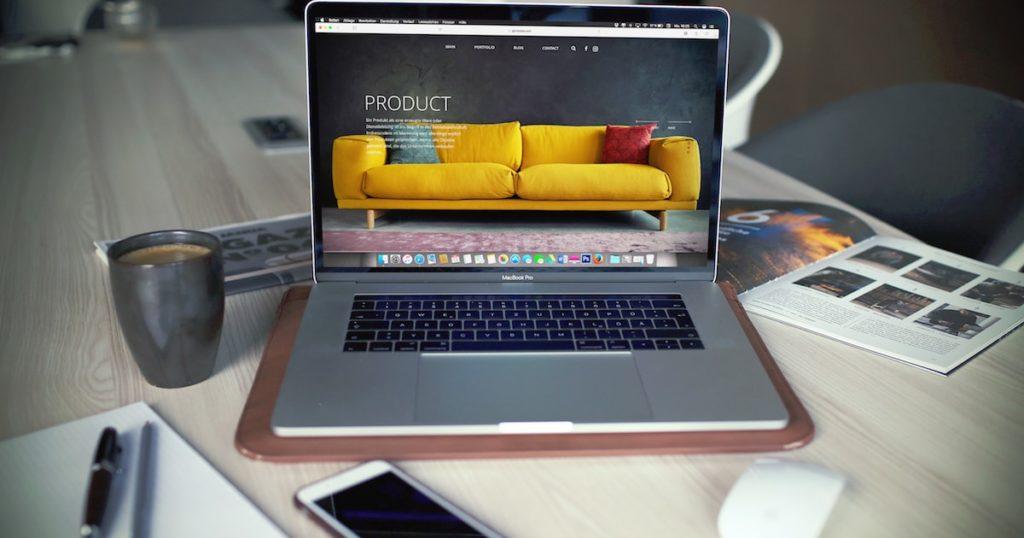Ordinateur portable en cours de création de site sur une table