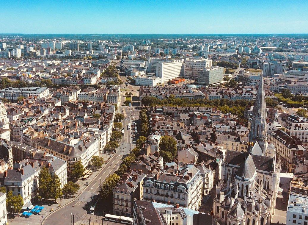vue aérienne de la ville de nantes où est installé Open Linking