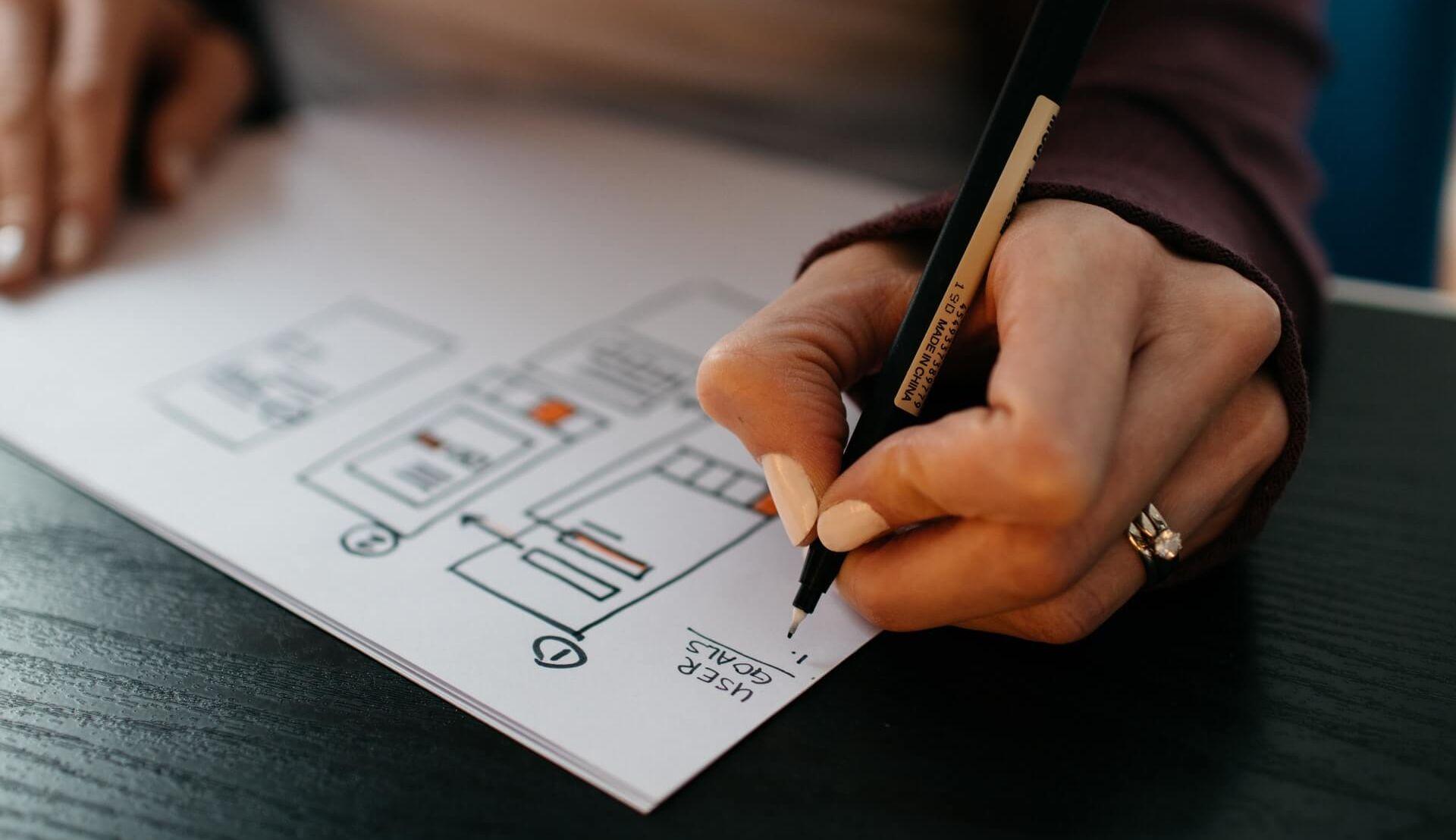 Femme dessinant un plan de site